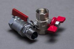 Vattenventiler med det röda handtaget på grå färger Royaltyfria Bilder