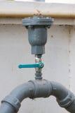 Vattenventiluppsättning i byggnaden, kontrollvattenflöde förbi ventilen Royaltyfri Fotografi