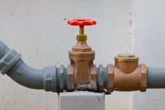Vattenventiluppsättning i byggnaden, kontrollvattenflöde förbi ventilen Arkivbilder