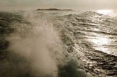 Vattenvågor som göras av fartyget Arkivfoto