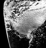 Vattenvirvel i glasflaska royaltyfria foton