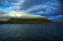 Vattenwashberg med molnet royaltyfria bilder