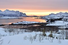 Vatterfjorden日出, Lofoten,挪威 库存照片