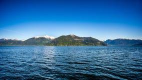 Vattnet av Howe Sound och omgeende berg längs huvudväg 99 mellan Vancouver och Squamish, British Columbia Arkivbild