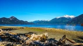 Vattnet av Howe Sound och omgeende berg längs huvudväg 99 mellan Vancouver och Squamish, British Columbia Arkivfoton