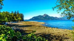 Vattnet av Howe Sound och omgeende berg längs huvudväg 99 mellan Vancouver och Squamish, British Columbia Arkivfoto