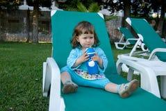 Vattnet för drinkar för behandla som ett barnflicka i semesterort Royaltyfria Bilder