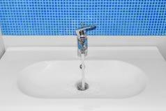 Vattnet flödar från vattenkranen royaltyfri bild
