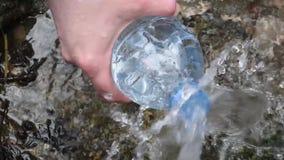 Vattnet från den naturliga våren är kristallklart coolt för att dricka och att laga mat stock video