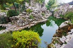 Vattnet och den konstgjorda kullestenen Arkivbild