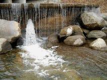 Vattnet och stenarna på vattenfallet Arkivbild