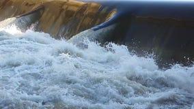 Vattnet passerar till och med fördämningen stock video