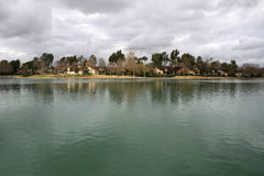 Vattnet som ser husen Fotografering för Bildbyråer