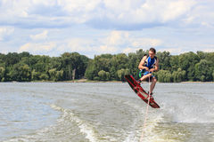 VATUTINE,乌克兰- 7月15 :运动员喜欢wakeboarding,并且教练欺骗2017年7月15日在Vatutine,乌克兰 免版税库存图片