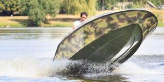 VATUTINE, УКРАИНА - 15-ОЕ ИЮЛЯ: спортсмен едет шлюпка над водой Крайность спорта 15-ого июля 2017 в Vatutine Стоковые Изображения RF