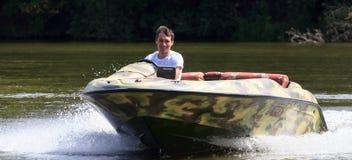 VATUTINE, УКРАИНА - 15-ОЕ ИЮЛЯ: спортсмен едет шлюпка над водой Крайность спорта 15-ого июля 2017 в Vatutine Стоковое Изображение
