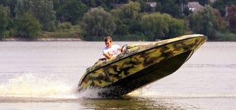 VATUTINE, УКРАИНА - 15-ОЕ ИЮЛЯ: спортсмен едет шлюпка над водой Крайность спорта 15-ого июля 2017 в Vatutine Стоковая Фотография RF