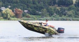 VATUTINE, УКРАИНА - 15-ОЕ ИЮЛЯ: спортсмен едет шлюпка над водой Крайность спорта 15-ого июля 2017 в Vatutine Стоковые Фотографии RF