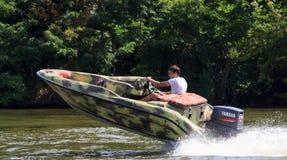 VATUTINE, УКРАИНА - 15-ОЕ ИЮЛЯ: спортсмен едет шлюпка над водой Крайность спорта 15-ого июля 2017 в Vatutine Стоковые Изображения