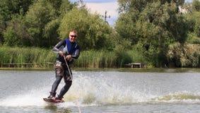 VATUTINE, УКРАИНА - 15-ОЕ ИЮЛЯ: Спортсмен наслаждается wakeboarding и фокус тренеров 15-ого июля 2017 в Vatutine, Украине Стоковое Изображение
