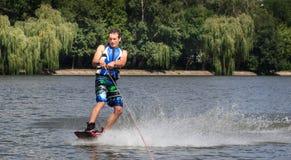 VATUTINE, УКРАИНА - 15-ОЕ ИЮЛЯ: Спортсмен наслаждается wakeboarding и фокус тренеров 15-ого июля 2017 в Vatutine, Украине Стоковое фото RF