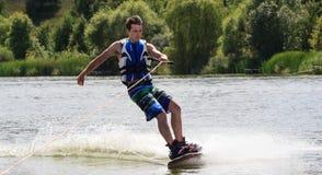 VATUTINE, УКРАИНА - 15-ОЕ ИЮЛЯ: Спортсмен наслаждается wakeboarding и фокус тренеров 15-ого июля 2017 в Vatutine, Украине Стоковая Фотография