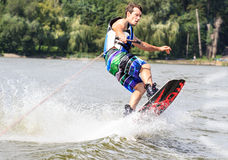 VATUTINE, УКРАИНА - 15-ОЕ ИЮЛЯ: Спортсмен наслаждается wakeboarding и фокус тренеров 15-ого июля 2017 в Vatutine, Украине Стоковое Фото