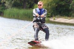 VATUTINE, УКРАИНА - 15-ОЕ ИЮЛЯ: Спортсмен наслаждается wakeboarding и фокус тренеров 15-ого июля 2017 в Vatutine, Украине Стоковые Изображения