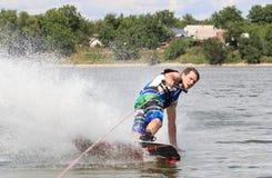 VATUTINE, УКРАИНА - 15-ОЕ ИЮЛЯ: Спортсмен наслаждается wakeboarding и фокус тренеров 15-ого июля 2017 в Vatutine, Украине Стоковые Изображения RF