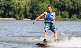 VATUTINE, DE OEKRAÏNE - JULI 15: De atleet geniet van wakeboarding en traint trucs op 15 Juli, 2017 in Vatutine, de Oekraïne royalty-vrije stock afbeeldingen