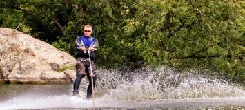 VATUTINE, DE OEKRAÏNE - JULI 15: De atleet geniet van wakeboarding en traint trucs op 15 Juli, 2017 in Vatutine, de Oekraïne stock foto's