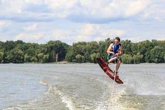VATUTINE, UCRÂNIA - 15 DE JULHO: O atleta aprecia wakeboarding e os treinadores enganam o 15 de julho de 2017 em Vatutine, Ucrâni Imagens de Stock Royalty Free