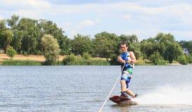 VATUTINE UKRAINA - JULI 15: Idrottsman nen tycker om wakeboarding och lagledaretrick på Juli 15, 2017 i Vatutine, Ukraina Royaltyfri Fotografi