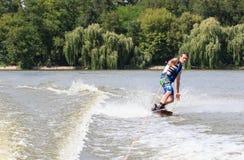 VATUTINE UKRAINA - JULI 15: Idrottsman nen tycker om wakeboarding och lagledaretrick på Juli 15, 2017 i Vatutine, Ukraina Royaltyfria Foton