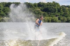 VATUTINE UKRAINA - JULI 15: Idrottsman nen tycker om wakeboarding och lagledaretrick på Juli 15, 2017 i Vatutine, Ukraina Royaltyfria Bilder