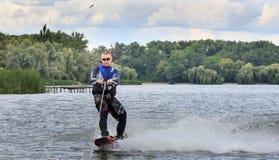VATUTINE, UKRAINE - 15 JUILLET : L'athlète a plaisir à wakeboarding et les entraîneurs dupe le 15 juillet 2017 dans Vatutine, Ukr photos libres de droits