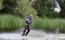 VATUTINE, UKRAINE - 15 JUILLET : L'athlète a plaisir à wakeboarding et les entraîneurs dupe le 15 juillet 2017 dans Vatutine, Ukr photographie stock libre de droits