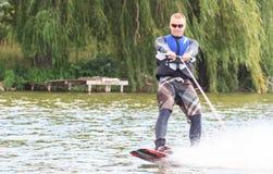 VATUTINE, UKRAINE - 15 JUILLET : L'athlète a plaisir à wakeboarding et les entraîneurs dupe le 15 juillet 2017 dans Vatutine, Ukr images stock