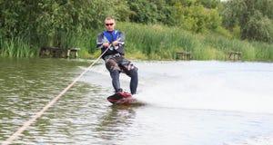 VATUTINE, UKRAINE - 15 JUILLET : L'athlète a plaisir à wakeboarding et les entraîneurs dupe le 15 juillet 2017 dans Vatutine, Ukr image stock