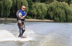 VATUTINE, UKRAINE - 15 JUILLET : L'athlète a plaisir à wakeboarding et les entraîneurs dupe le 15 juillet 2017 dans Vatutine, Ukr photo libre de droits