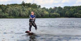 VATUTINE, UKRAINE - 15 JUILLET : L'athlète a plaisir à wakeboarding et les entraîneurs dupe le 15 juillet 2017 dans Vatutine, Ukr photo stock