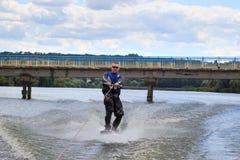VATUTINE, UKRAINE - 15 JUILLET : L'athlète a plaisir à wakeboarding et les entraîneurs dupe le 15 juillet 2017 dans Vatutine, Ukr images libres de droits