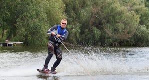 VATUTINE, UKRAINE - 15 JUILLET : L'athlète a plaisir à wakeboarding et les entraîneurs dupe le 15 juillet 2017 dans Vatutine, Ukr photographie stock