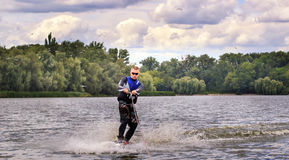 VATUTINE, UKRAINE - 15 JUILLET : L'athlète a plaisir à wakeboarding et les entraîneurs dupe le 15 juillet 2017 dans Vatutine, Ukr image libre de droits