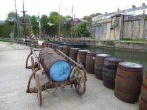 Vatwagen en houten vaten Royalty-vrije Stock Foto's