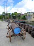 Vatwagen en houten vaten Stock Afbeeldingen
