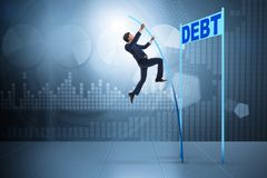Vaulting van de zakenmanpool over schuld in bedrijfsconcept stock fotografie