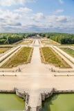 Vaux-le-Vicomte Frankrike Den centrala avenyn av parkera som byggs av landskapsarkitekten Andre Le Notre Royaltyfri Fotografi
