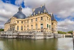 Vaux-le-Vicomte Frankrike Sikt av den centrala byggnaden av godset som omges av en konstgjord kanal Arkivbild
