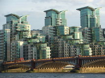 Vauxhall桥梁和现代大厦视图 免版税库存图片